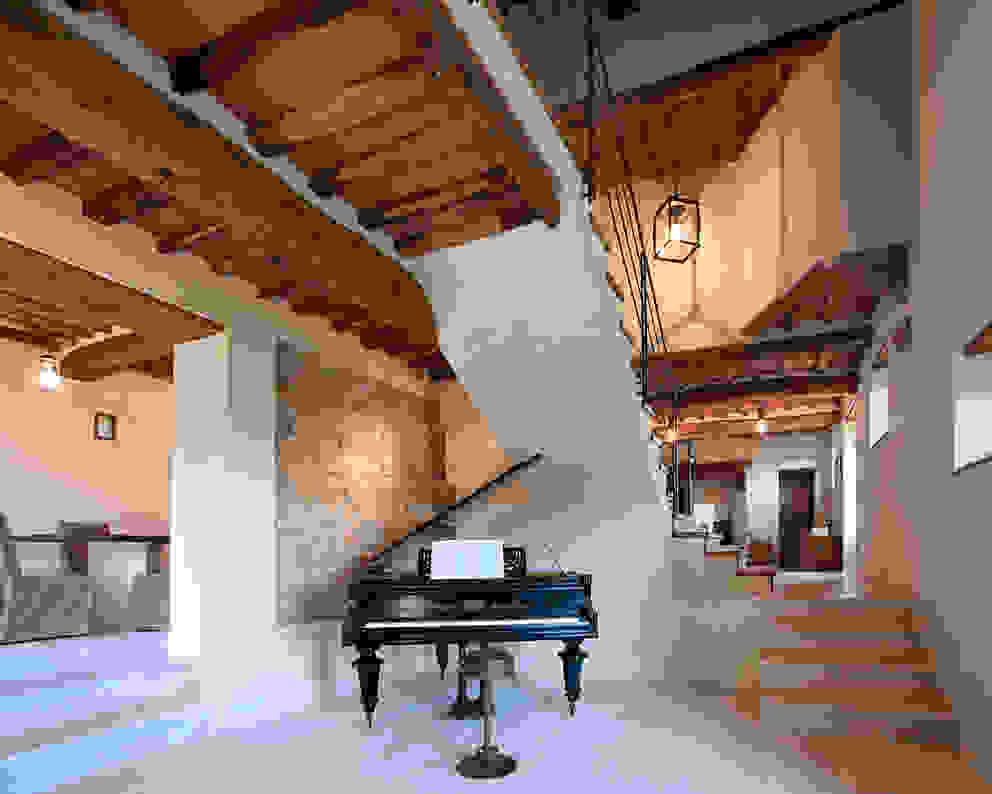 Couloir, entrée, escaliers classiques par marco bonucci fotografo Classique