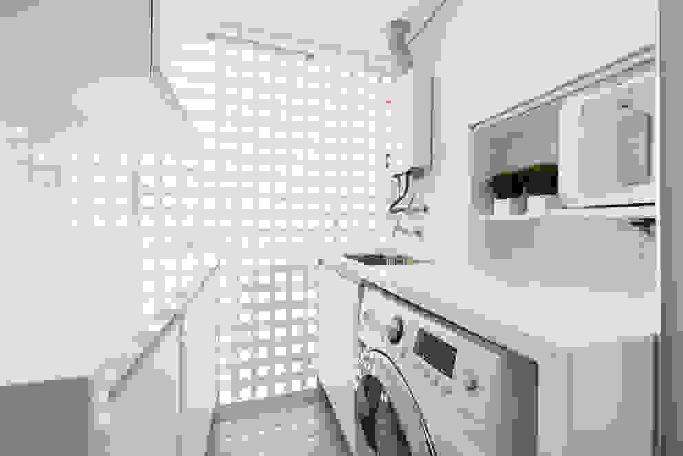 TRÍADE ARQUITETURA Moderne Küchen Holz Weiß