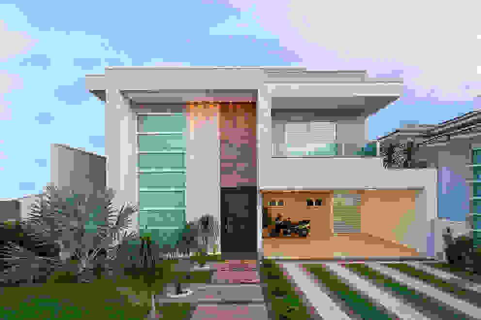Case in stile minimalista di Livia Martins Arquitetura e Interiores Minimalista