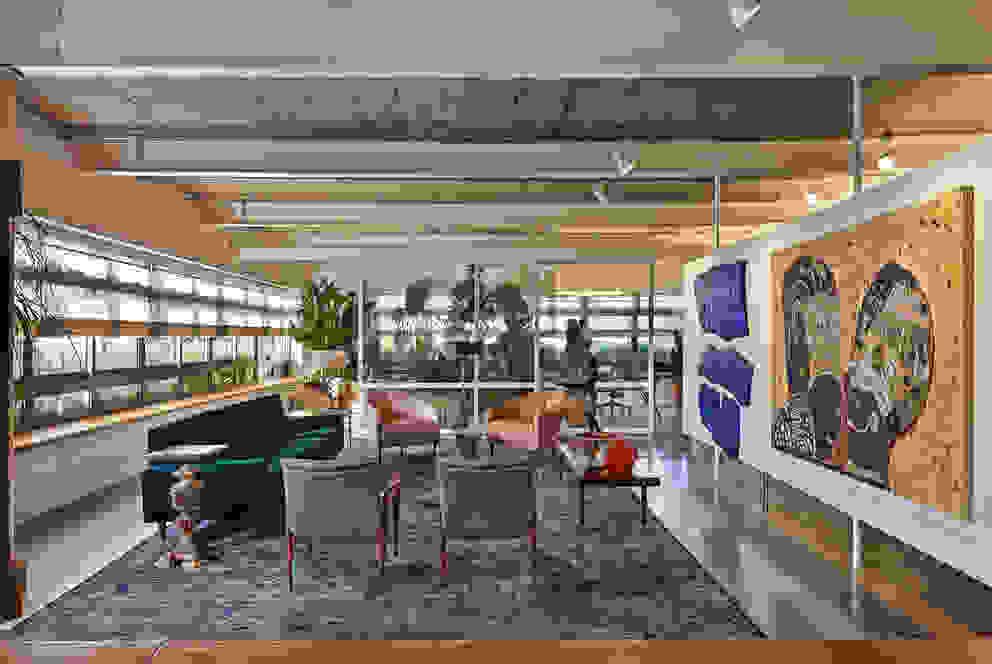 Sala de estar e jardim ao fundo Salas de estar minimalistas por Piratininga Arquitetos Associados Minimalista