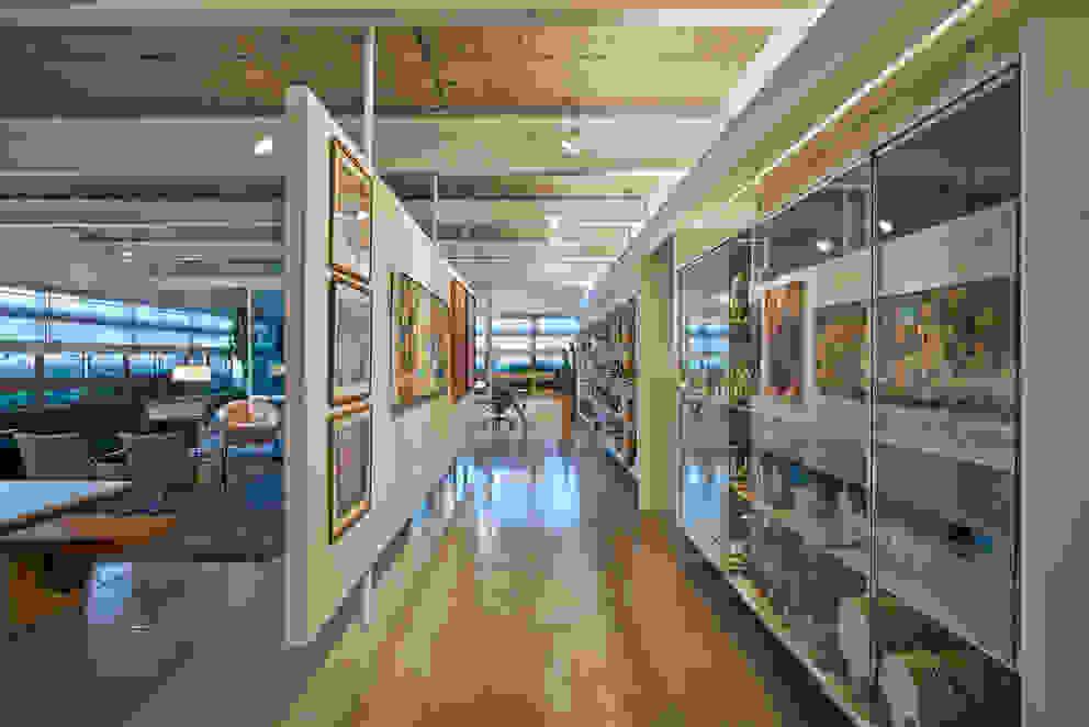 Galeria e Cristaleira Corredores, halls e escadas minimalistas por Piratininga Arquitetos Associados Minimalista