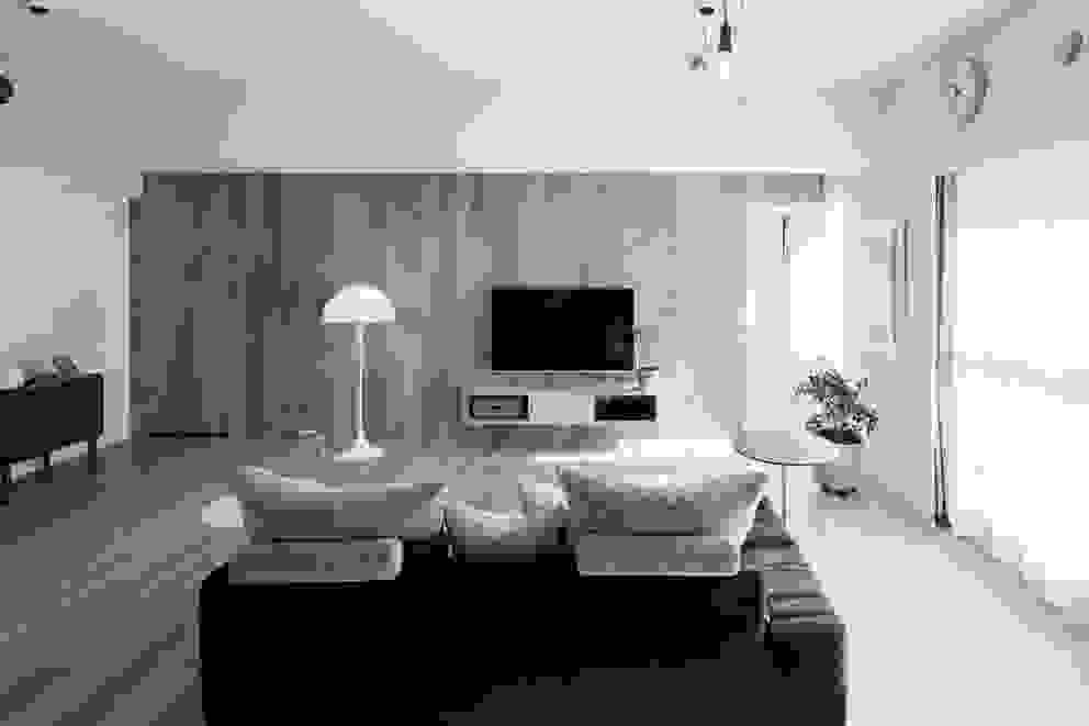 Soggiorno in stile scandinavo di 一色玲児 建築設計事務所 / ISSHIKI REIJI ARCHITECTS Scandinavo