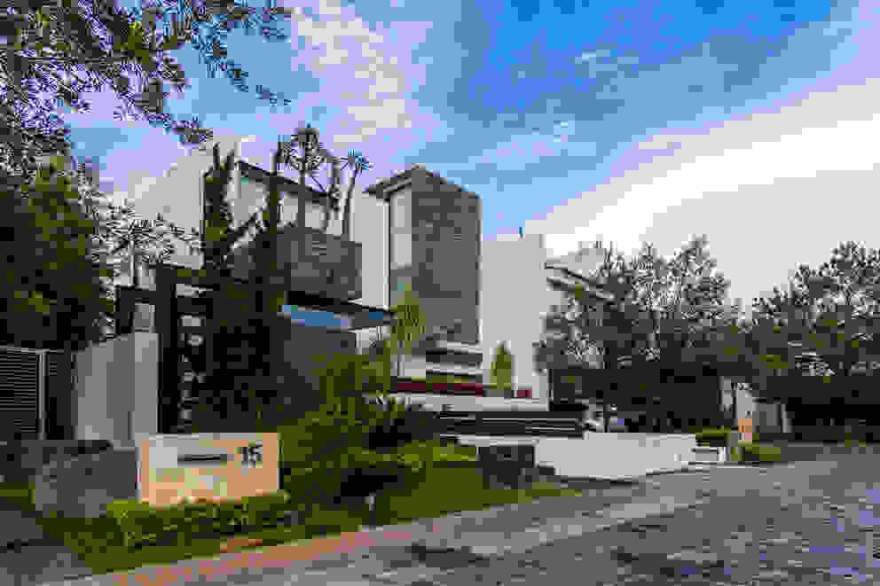 Fachada Casas estilo moderno: ideas, arquitectura e imágenes de aaestudio Moderno