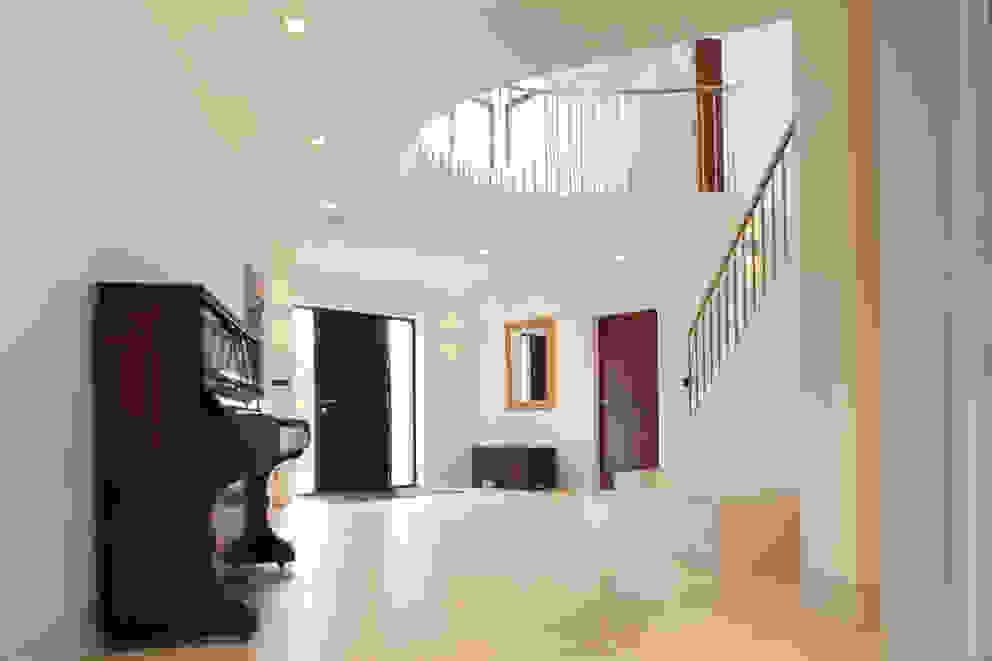 Essex House Pasillos, vestíbulos y escaleras modernos de Frost Architects Ltd Moderno