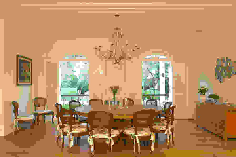 Sala de Jantar de 12 lugares. por Célia Orlandi por Ato em Arte Campestre