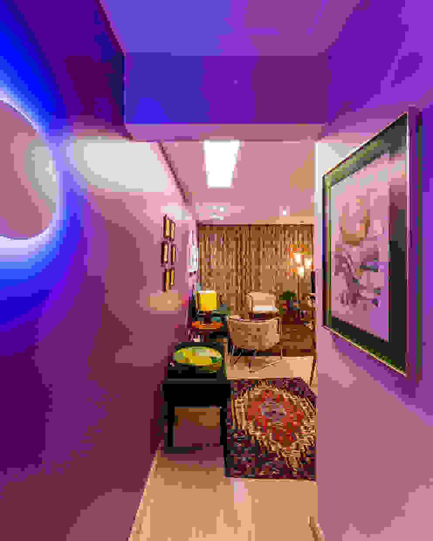 Hall de Entrada - Apartamento Eclético Corredores, halls e escadas ecléticos por Enzo Sobocinski Arquitetura & Interiores Eclético Derivados de madeira Transparente