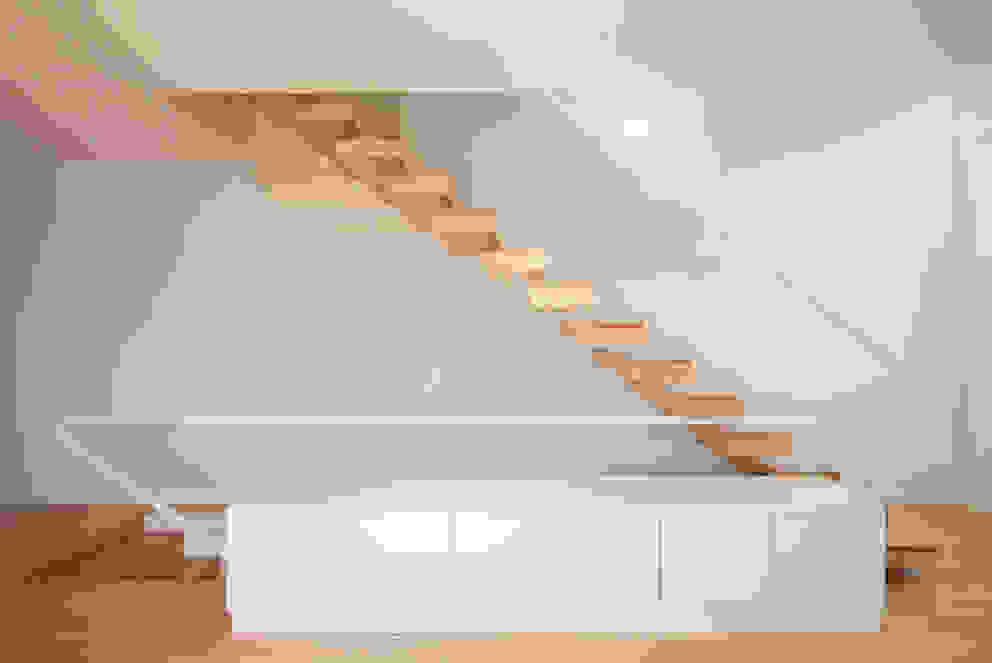 Pasillos, vestíbulos y escaleras minimalistas de Ricardo Caetano de Freitas | arquitecto Minimalista