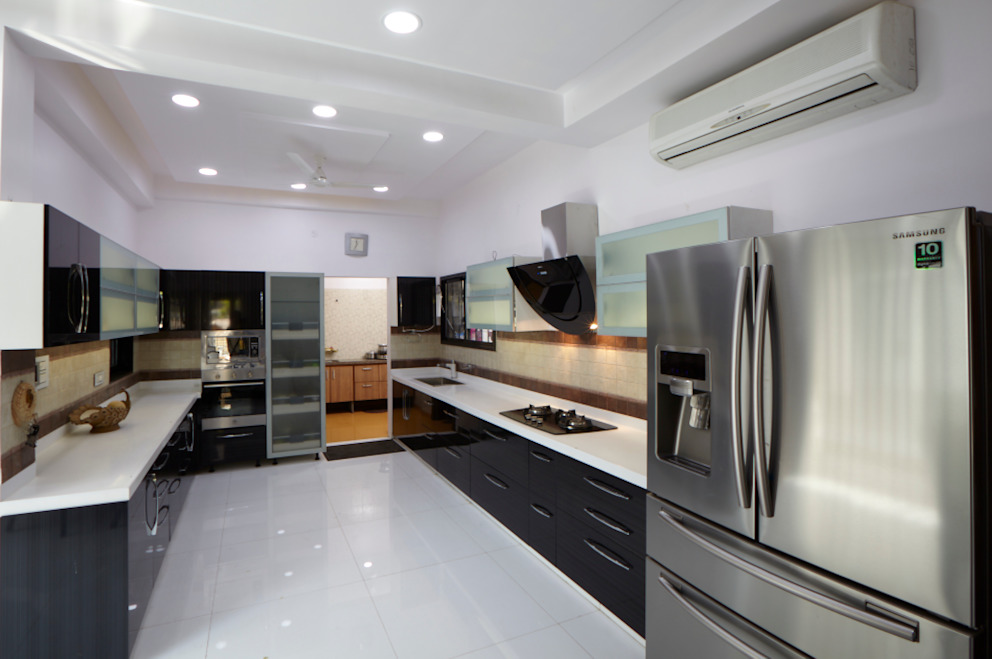 Dr Rafique Mawani's Residence:  Kitchen by M B M architects
