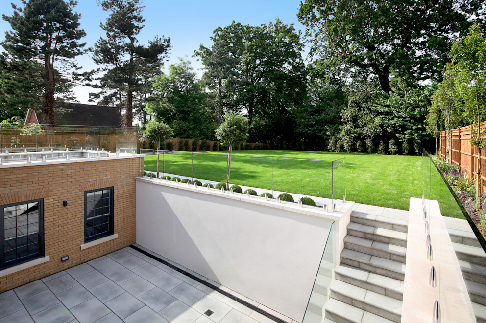 A complex project, in which #RailingLondon worked on a staircase, internal doors, interior and exterior balustrades and a Juliet balcony. Railing London Ltd Modern garden