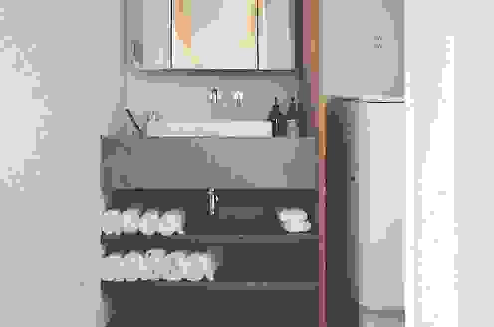 デザインコンクリート: 有限会社 中神工務店が手掛けた浴室です。,モダン コンクリート