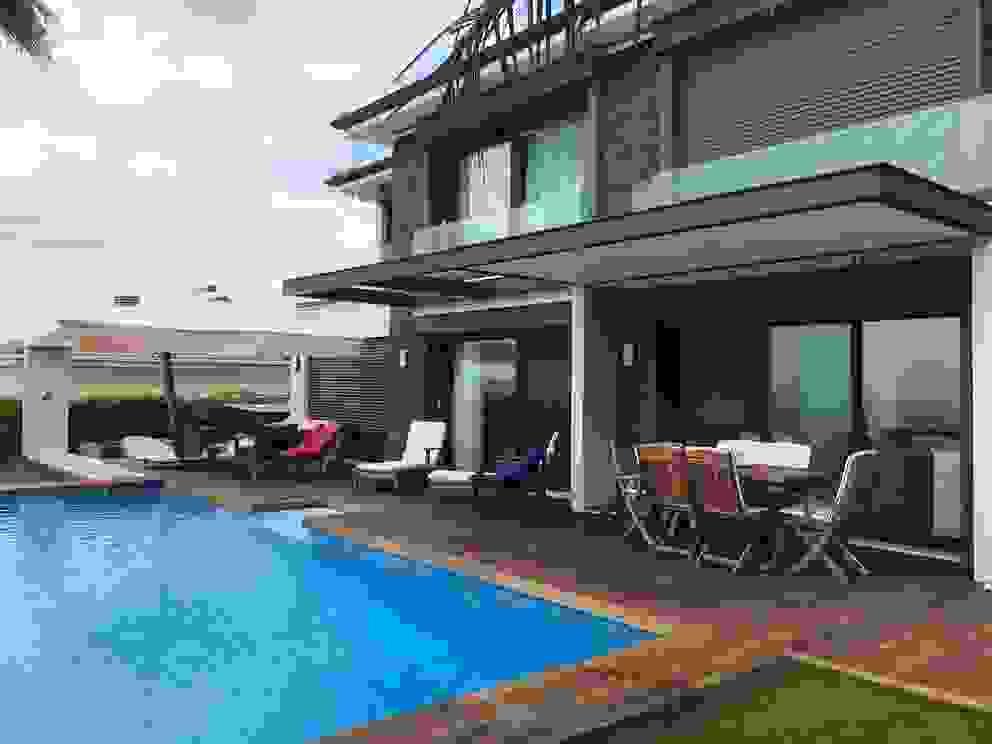 Pool and outdoor deck area... BIRKETT INTERIORS Garden Pool