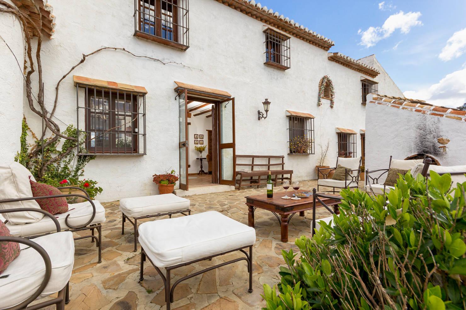 10 ideas geniales para decorar tu patio con adoquín y piedra
