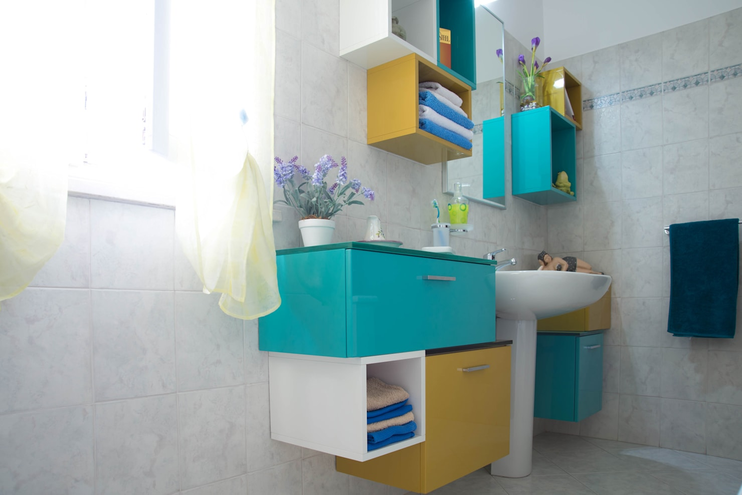 9 small bathrooms with stunning splashes of colour