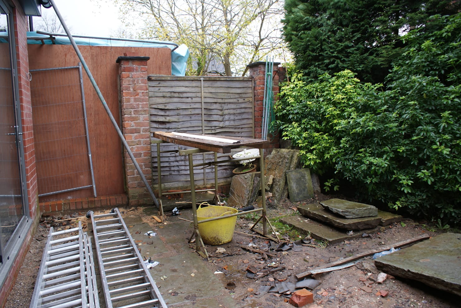 Before & after: abandoned courtyard turns into a warm outdoor space