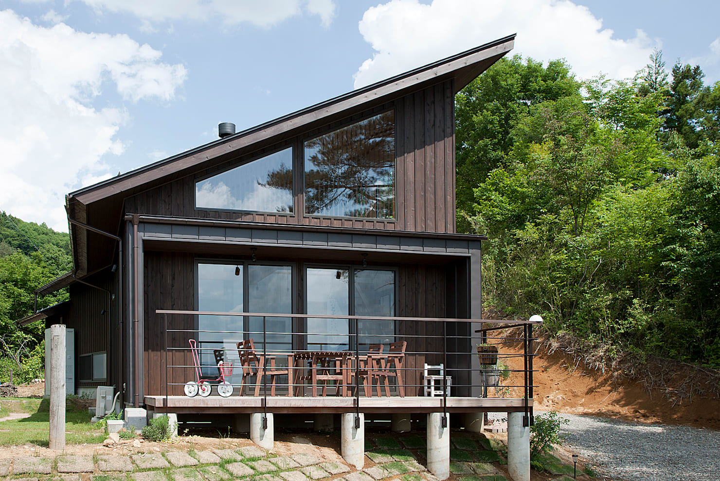 매력적인 분위기의 사선 지붕 주택