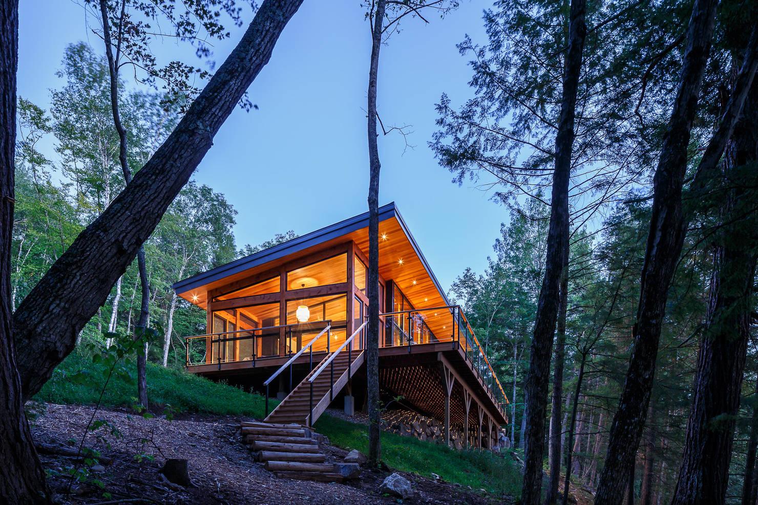 Orman içinde hayranlık verici çağdaş bir ev