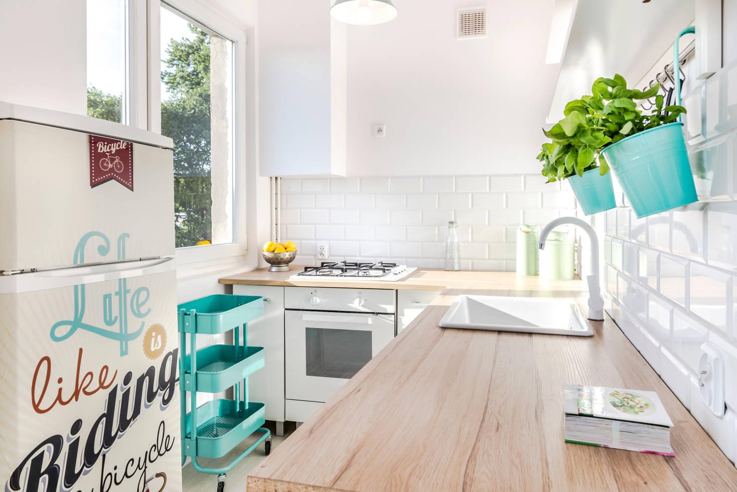 На фото - 10 лайфхаков для дизайна крохотной кухни в квартире