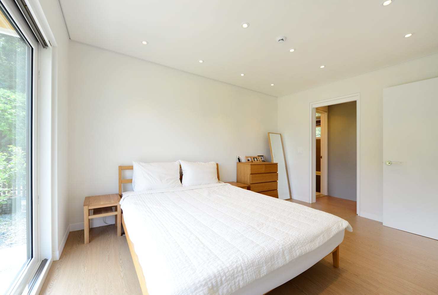 How to make your bedroom look twice as big, with no construction!