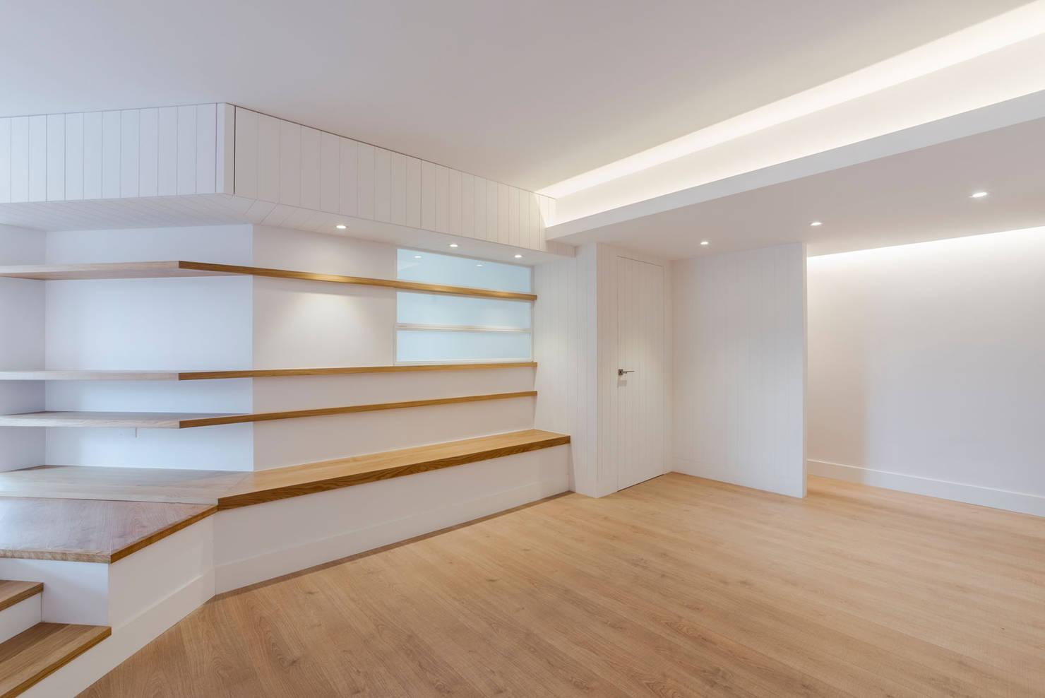 130 m² che Giocano con il Legno e le Pareti Bianche
