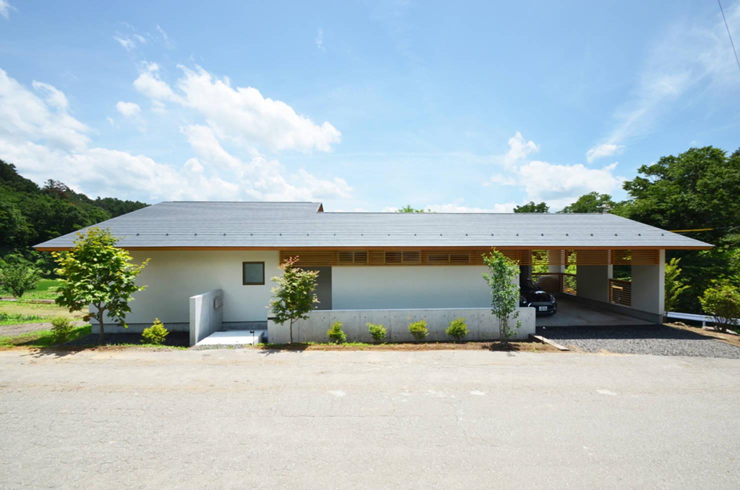 푸른 산의 품에 안긴 현대적인 단층 주택
