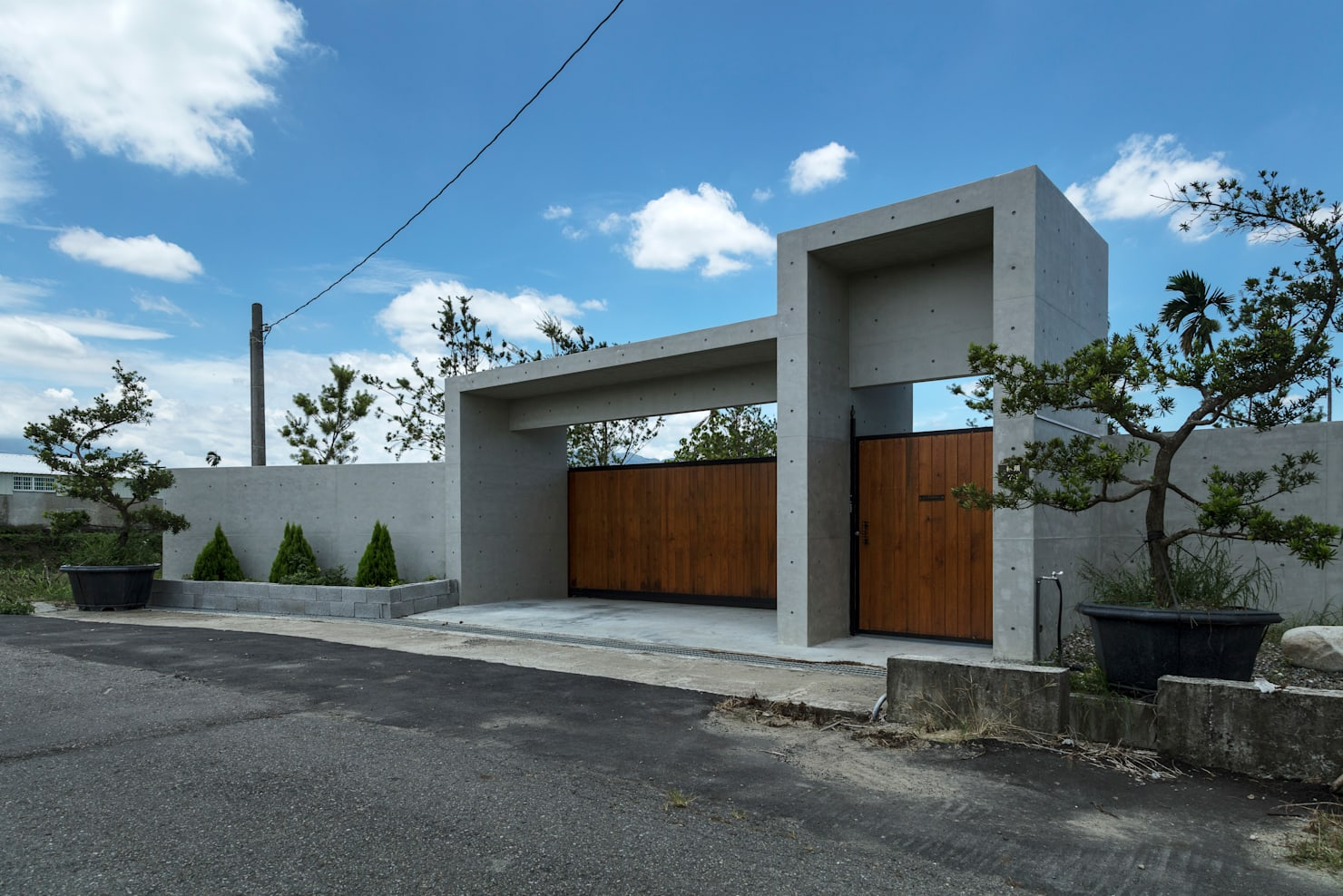 Essa moderna casa de concreto aparente tem um quintal maravilhoso!