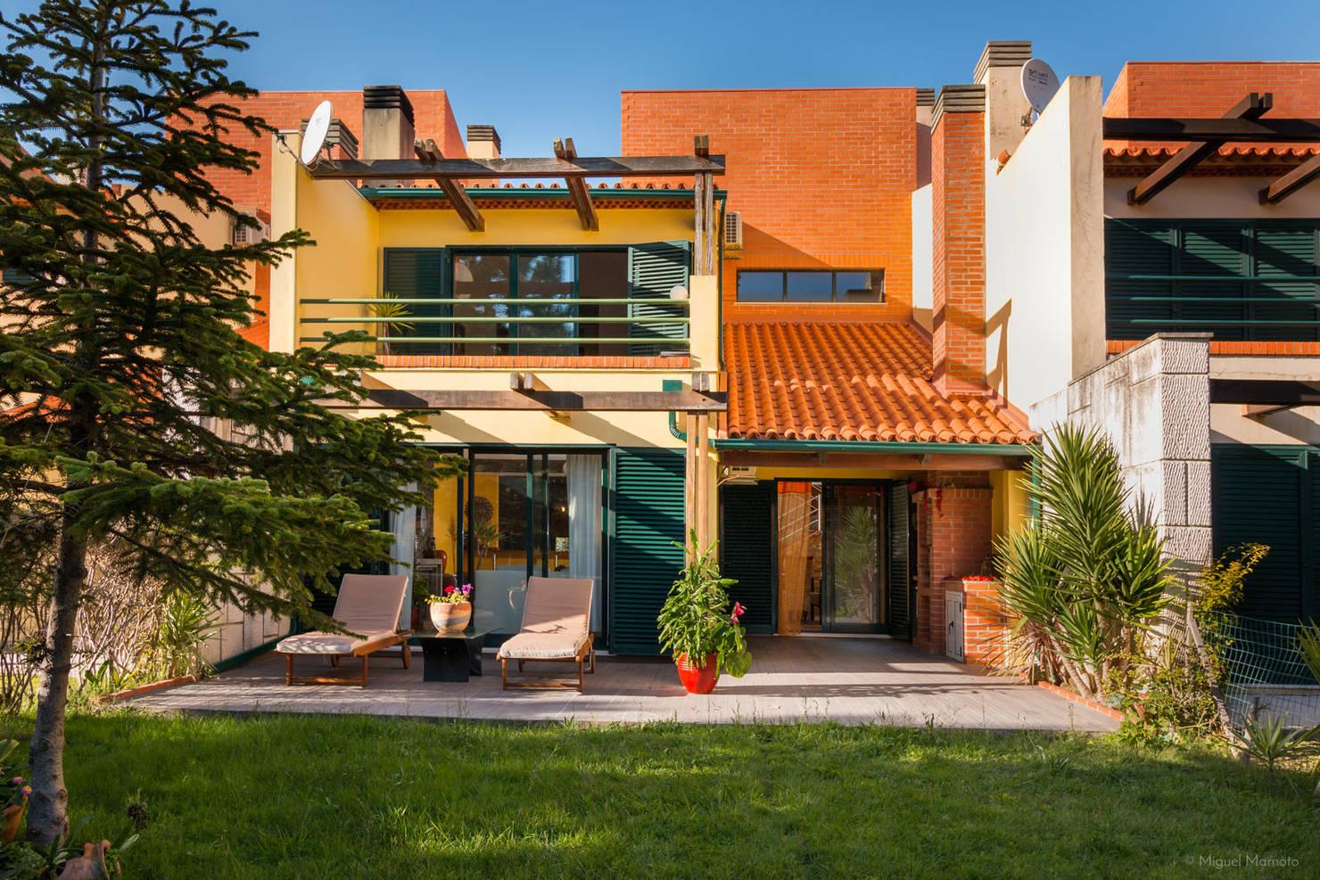 Linda casa rústica apresenta muita madeira e cores vivas