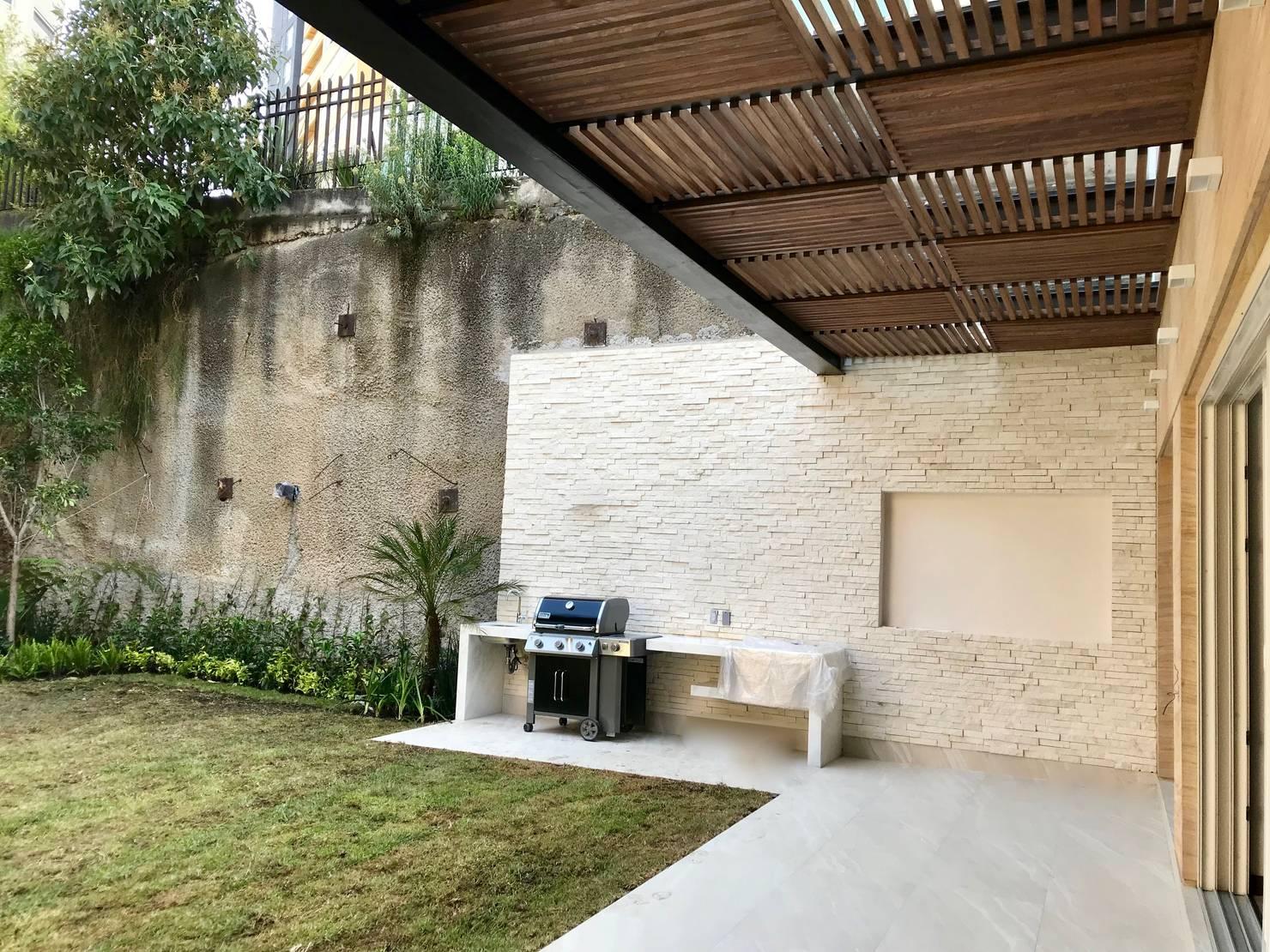 15 ideas geniales para revestir las paredes de tu patio (y terraza)