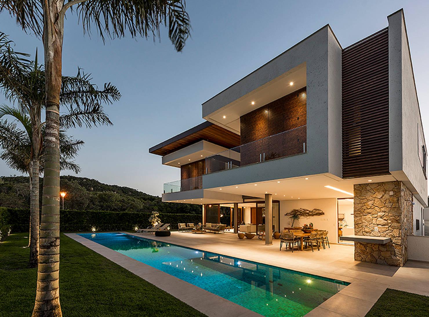 Uma casa definida pela integração e fluidez dos espaços