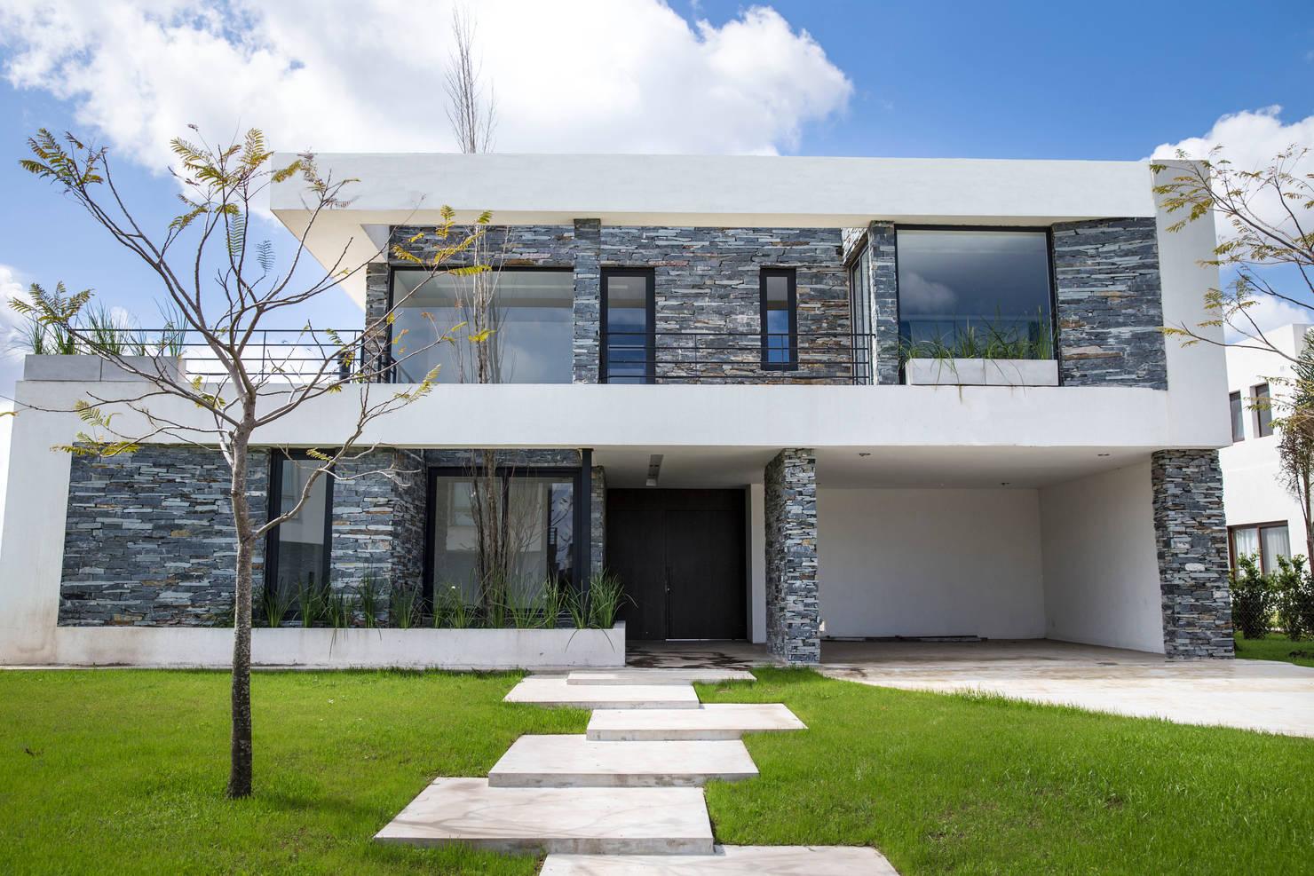 15 estilos para el garaje que se fusionan con la fachada