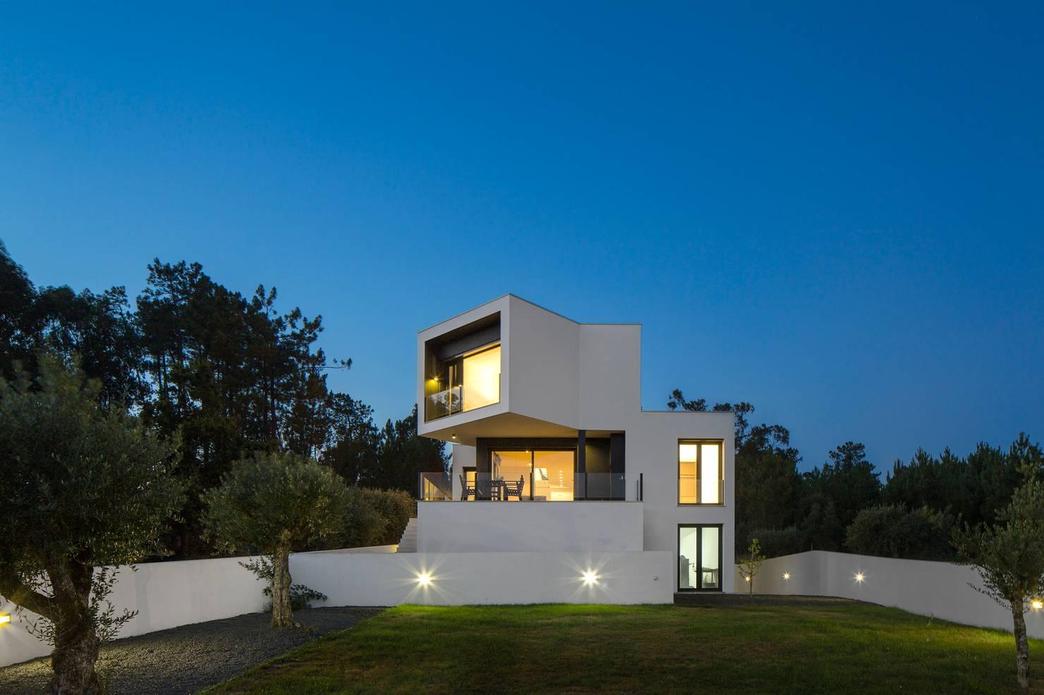 아름다운 풍경을 포착하는 형태가 입체감을 살리는 단독주택