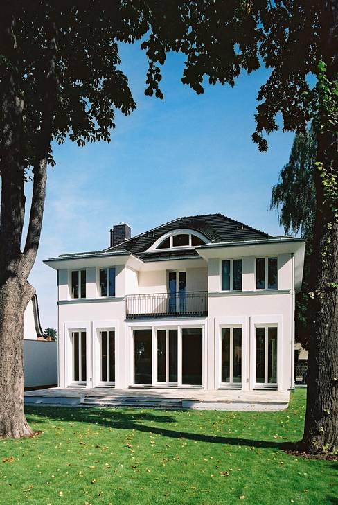 Klassische Villa mit zentraler Halle:  Terrasse von CG VOGEL ARCHITEKTEN