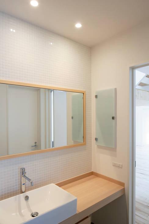 春光の家: 一色玲児 建築設計事務所 / ISSHIKI REIJI ARCHITECTSが手掛けた浴室です。