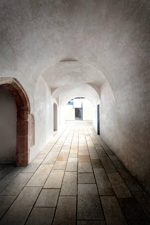 Durchgang zum Hinterhaus:  Ladenflächen von Peter Haimerl . Architektur