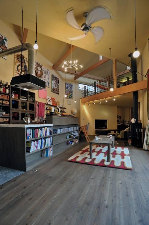 Salas de estilo  por eu建築設計