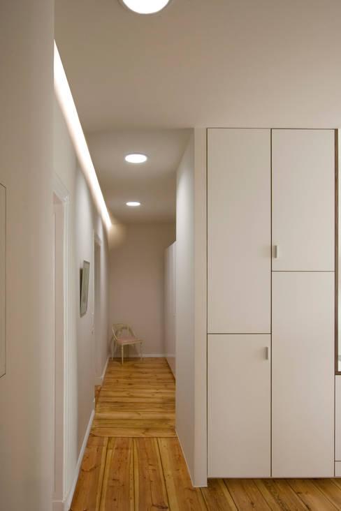 Corridor & hallway by Nickel Architekten