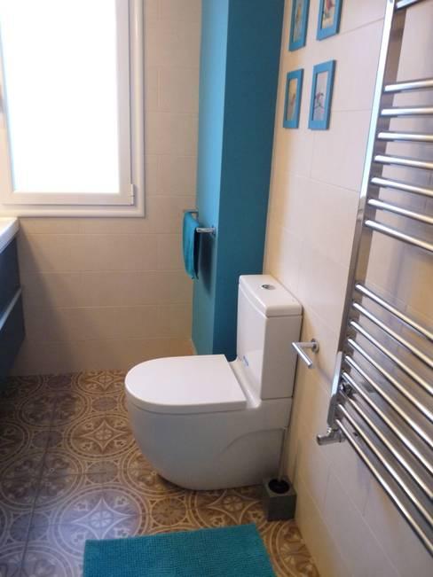 Reforma de baño: azul turquesa y baldosas impresas de mosaico hidráulico: Baños de estilo  de Dec&You