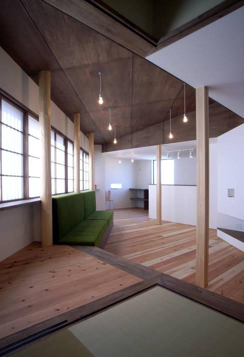 リビングとダイニング: 秀田建築設計事務所が手掛けたリビングです。