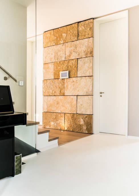 Pasillos y hall de entrada de estilo  por Pientka - Faszination Naturstein