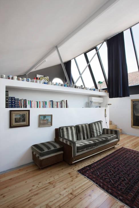 loft n° 5: Soggiorno in stile  di roberto murgia architetto