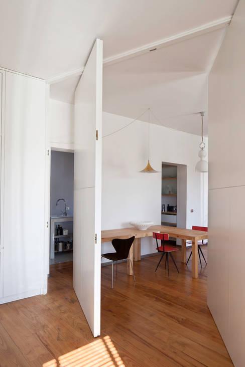 Renovation in Pigneto neighborhood in Rome.: Sala da pranzo in stile  di Studio Cassiani