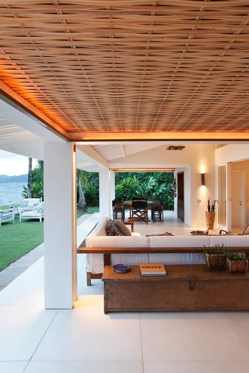 Living room by Escala Arquitetura