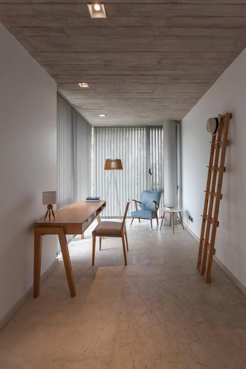 ห้องทำงาน/อ่านหนังสือ by ESTUDIO GEYA