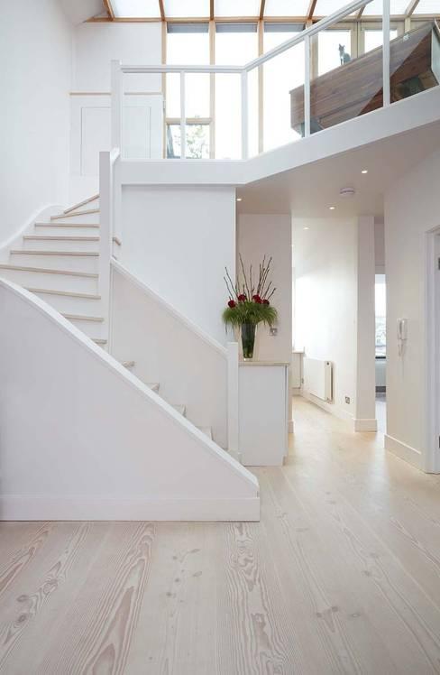 Corridor & hallway by Residence Interior Design Ltd