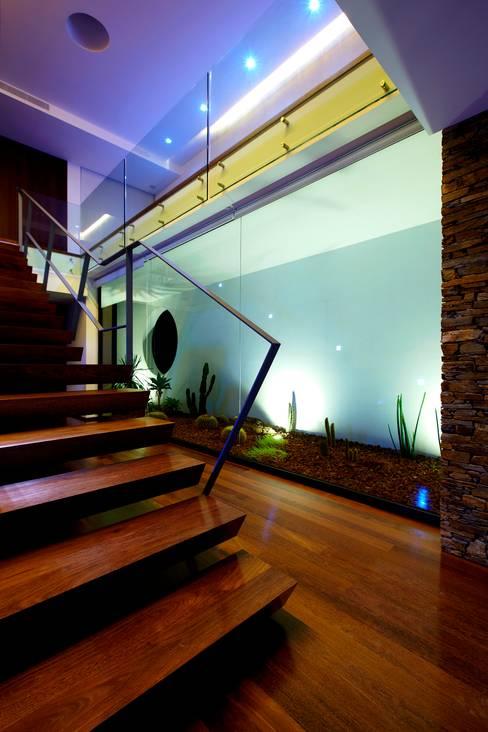 Corredores e halls de entrada  por Risco Singular - Arquitectura Lda