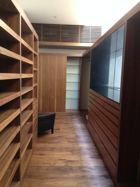 Casa en El Pedregal: Vestidores y closets de estilo  por Revah Arqs