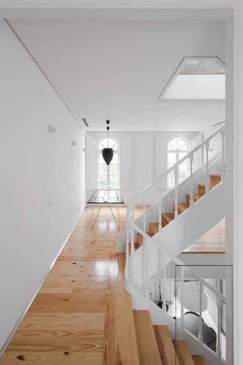 Ingresso & Corridoio in stile  di Tiago do Vale Arquitectos