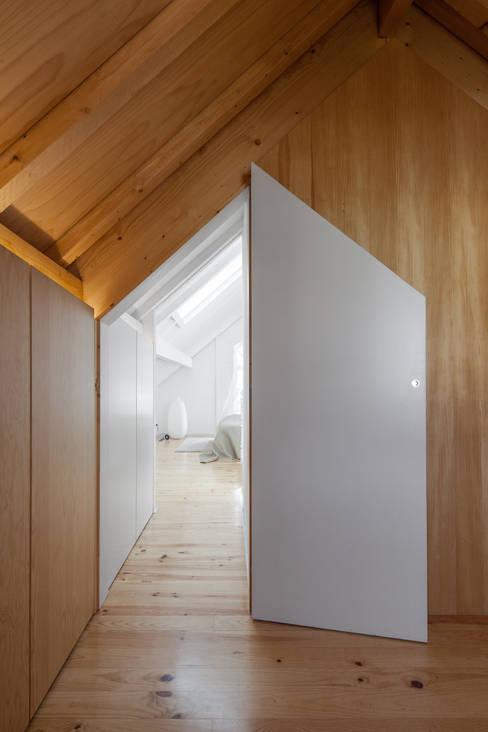 Dressing room by Tiago do Vale Arquitectos