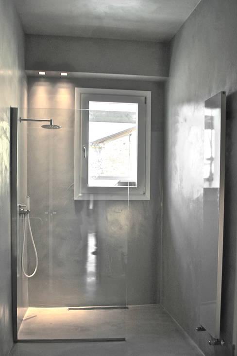 Loft G: Bagno in stile  di Pinoni + Lazzarini