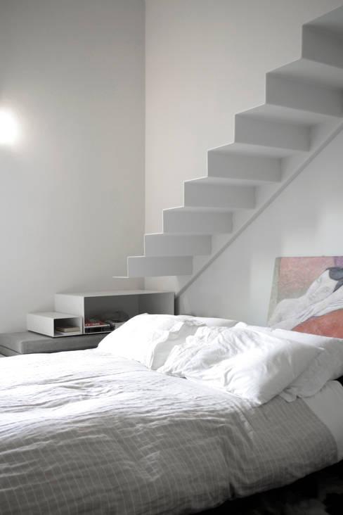 Loft G: Camera da letto in stile  di Pinoni + Lazzarini