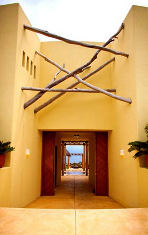 Casa Caracol: Vestíbulos, pasillos y escaleras de estilo  por BR  ARQUITECTOS